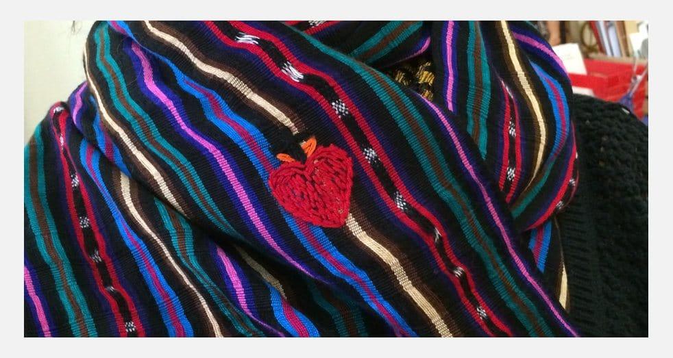Accessoires style couleur - Châle coeur brodé