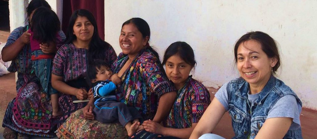 Au Guatemala chez les femmes tisserandes qui fabriquent la trousse.