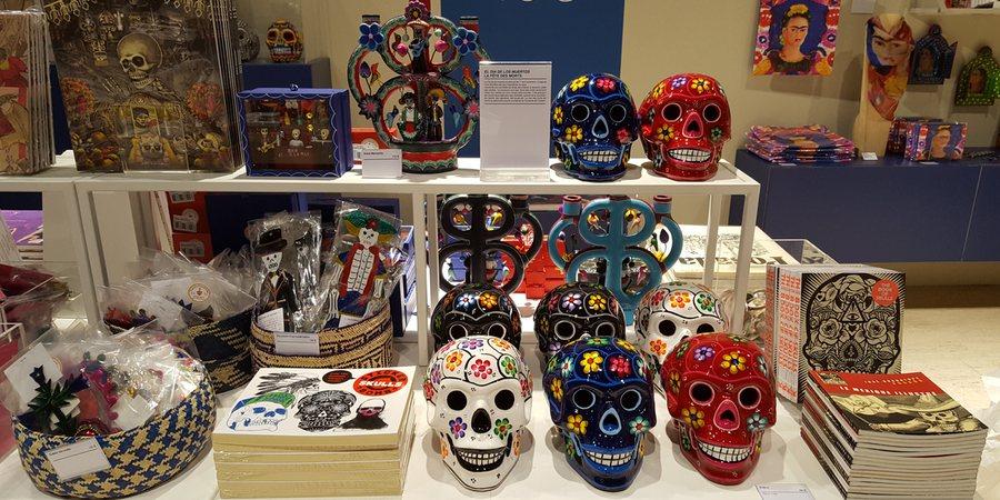 Crânes mexicains à fleurs peints Tienda Esquipulas à la boutique du Grand Palais