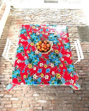 Nappe prédécoupée en toile cirée mexicaine modèle hibiscus rouge
